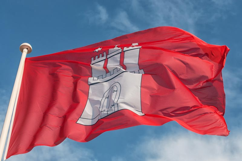 Hamburger Fahne weht im Wind